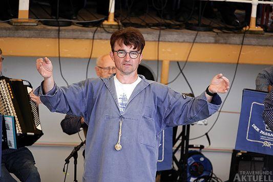 Dirigent des Passat Chors Michael Cordes animiert das Publikum zum Mitsingen