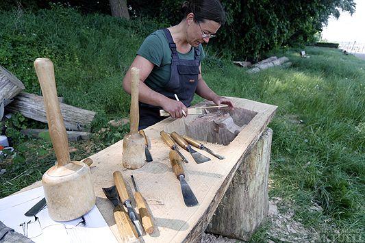 Sabine Klupsch am Kohlenhof bei ihren Arbeiten an der letzten Duckdalbe. <b>Fotos Karl Erhard Vögele</b>