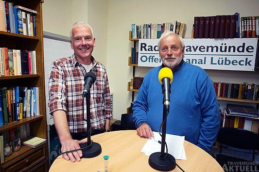 Matthias Braun (links) vom Landschaftspflegeverein sprach am Dienstag mit Rolf Fechner (rechts) von Radio Travemünde über den Rückzug vom Rechtsweg gegen Waterfront. Foto: <b>KARL ERHARD VÖGELE</b>